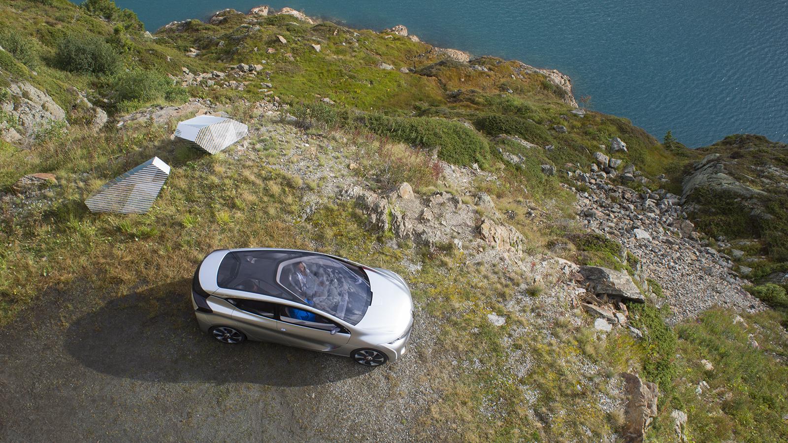 Photographie industrielle et publicitaire. Image aérienne publicitaire. Image aérienne par drone du futur Concept car Renault. © Dronestudio